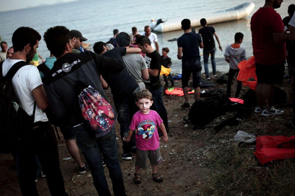 Un niño juega en la playa de la isla de Kos tras llegar en un barco...