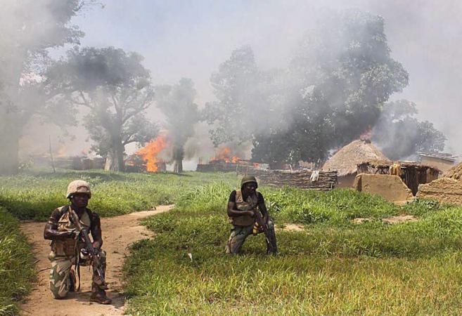 Soldados de la brigada 21 del ejército nigeriano combaten a Boko...