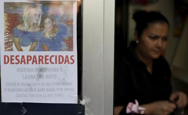 Un comercio conquense con la fotografía de las dos desaparecidas.