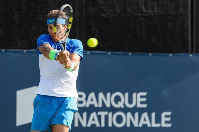 Nadal devuelve una bola durante el partido de dobles en Montreal