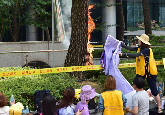 Un hombre se quema a lo bonzo frente a la Embajada de Japón en Seúl