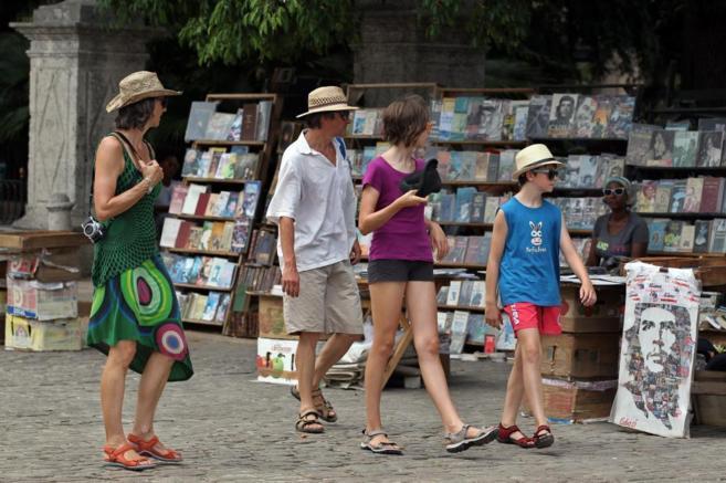 Viajeros estadounidenses visitan Cuba
