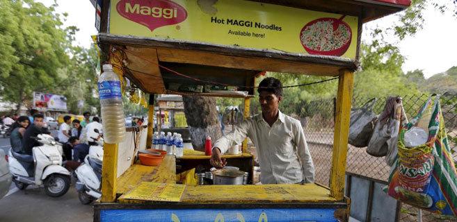 Un vendedor callejero de noodles en Ahmedabad, en la India.