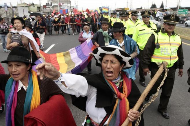 Indígenas ecuatorianos durante una marcha protesta contra Rafel...