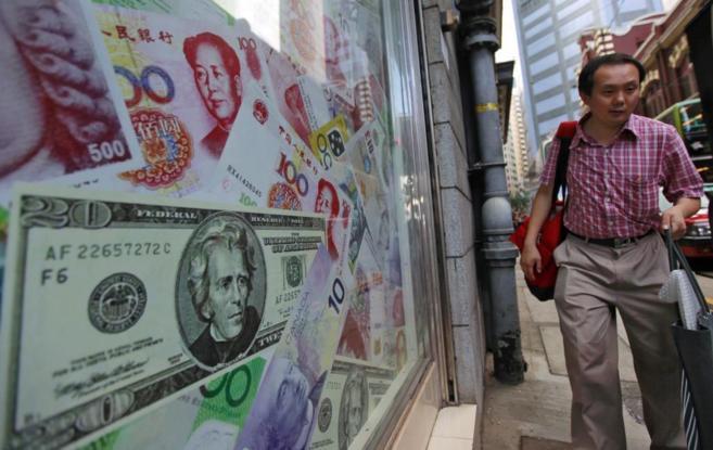 Representaciones de billetes chinos en un escaparate