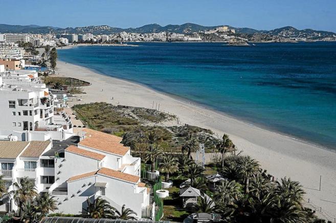 Imagen de la conocida playa ibicenca, ahora entre los parajes más...