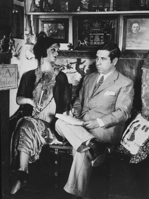 Ramón Gómez de la Serna, con su muñeca de cera.