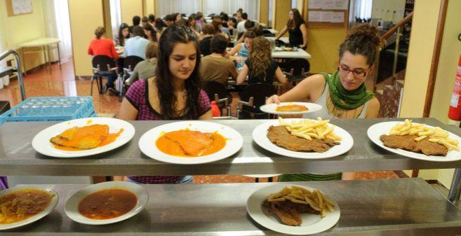 Dos estudiantes en el comedor del Colegio Mayor Unamuno de la capital...