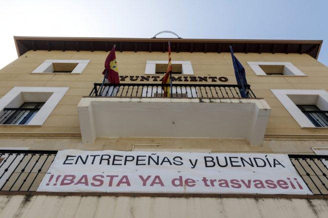 Pancartas de protesta en el Ayuntamiento de Sacedon, en Guadalajara