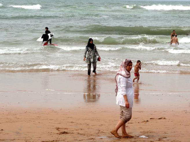 Mujeres musulmanas, cubiertas desde la cabeza a los pies. disfrutan de...