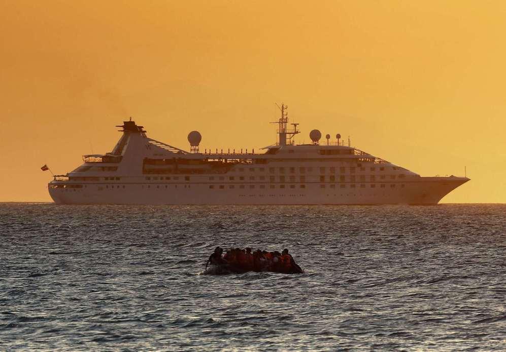 Un bote de refugiados sirios se aproxima a la isla griega de Kos en...