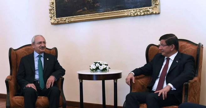 Los líderes Kemal Klçdarolu (CHP) y Ahmet Davutoglu (AKP) en...