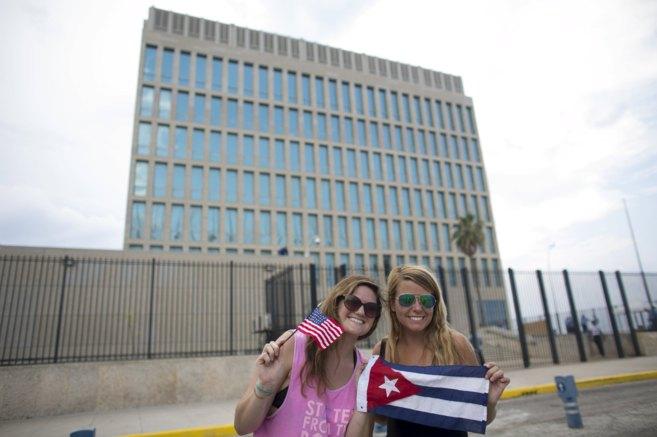 Dos estudiantes estadounidenses de intercambio en Cuba posan con las...