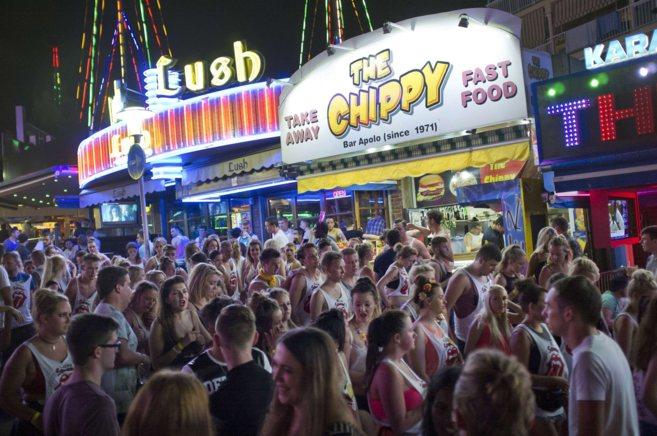 La calle de Punta Ballena abarrotada de turistas, en una noche de...