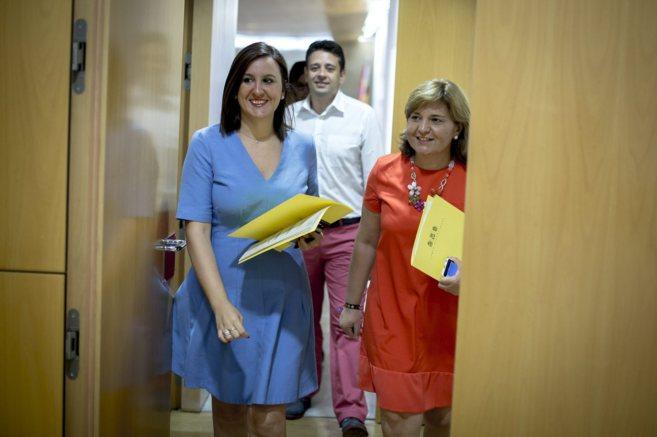 María José Català e Isabel Bonig, ayer antes de su comparecencia en...