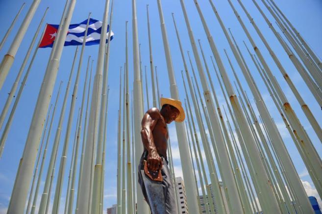 Un trabajador pone a punto el mástil de la embajada, donde será...