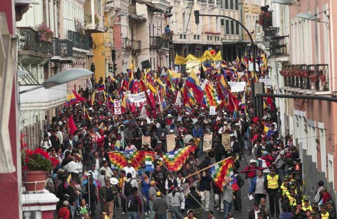 Manifestación por las calles de Quito.
