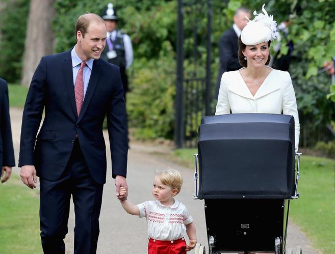 Los Duques de Cambridge, con sus hijos en el bautizo de Carlota.