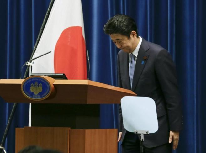 El primer ministro nipón, Shinzo Abe, realiza una reverencia tras su...