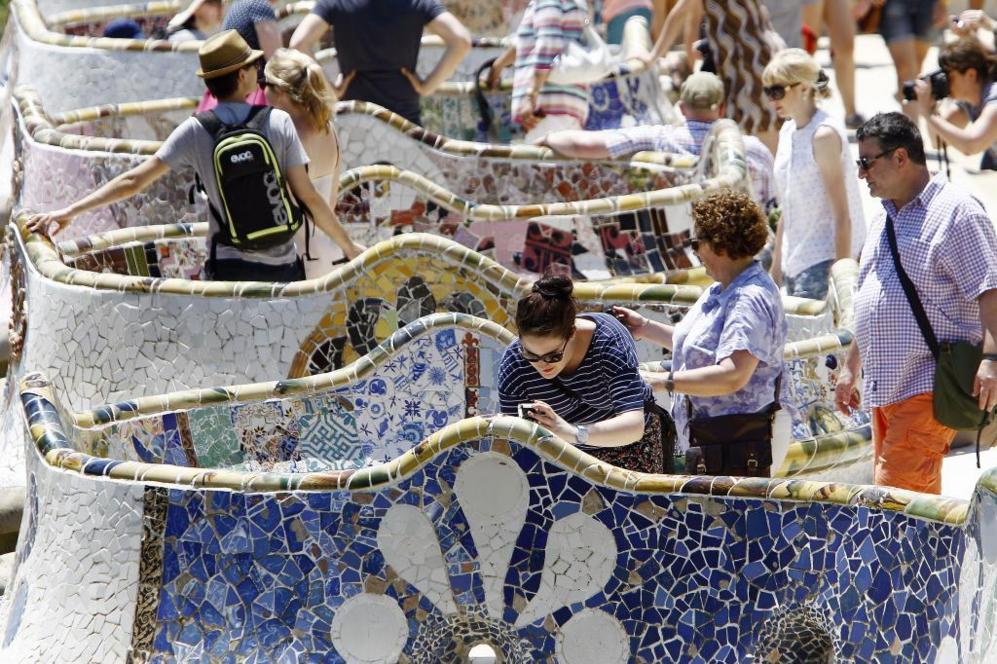 Miles de turistas en el Parque Güell de Barcelona.