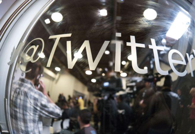 Un grupo de periodistas espera en una sala de prensa en la sede de...