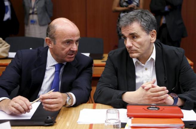 Luis de Guindos, charla con el titular griego de Finanzas, Euclides...