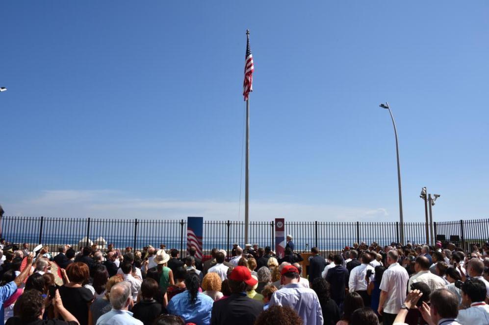 La bandera de los Estados Unidos ya ondea en la embajada en Cuba.