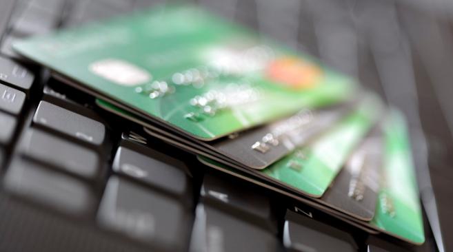 Varias tarjetas de crédito sobre el teclado de un ordenador.