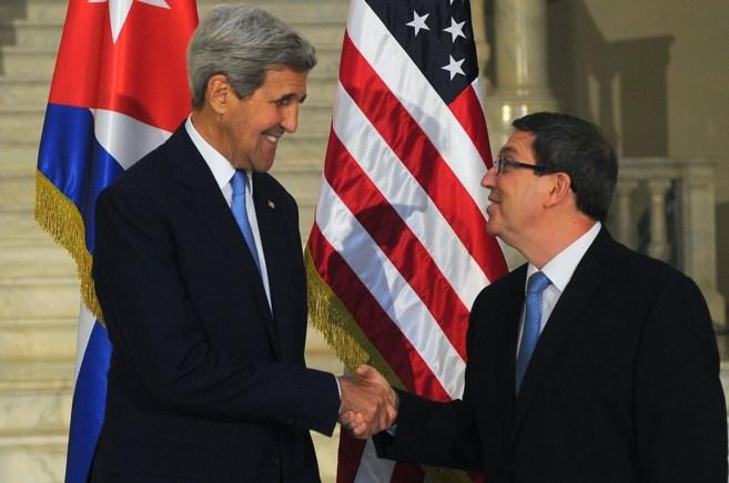 El secretario de Estado de EEUU, John Kerry, y el canciller cubano,...