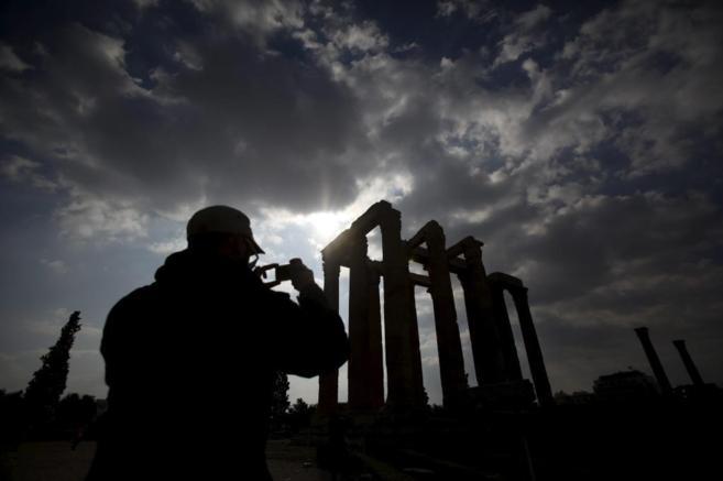 Un turista, frente a  Acrópolis griega, en Atenas.