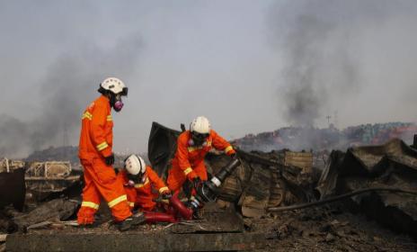 Varios bomberos trabajane en Tianjin tras las nuevas explosiones de este sábado