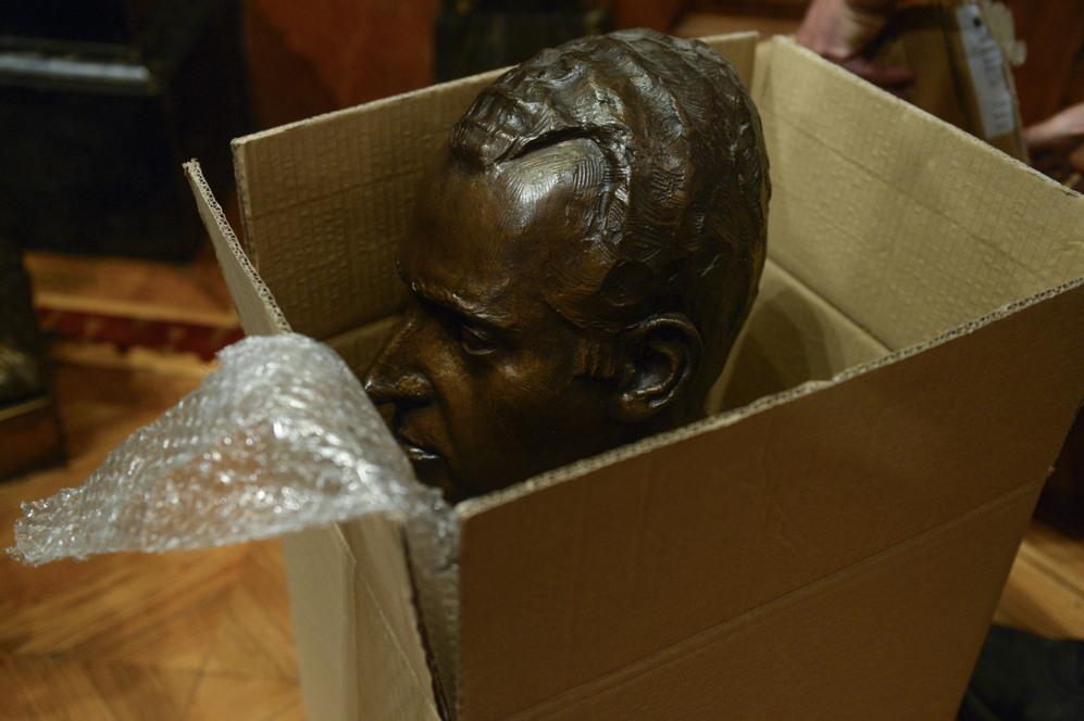 El busto del Rey Juan Carlos, retirado del salón de plenos del...