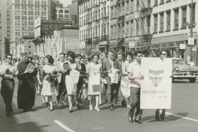 Inmigrantes españoles paseando por Nueva York.
