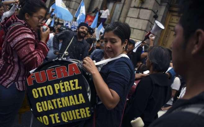 Dos mujeres se manifiestan en la ciudad de Guatemala contra el...