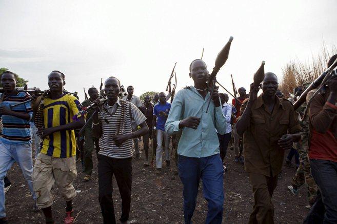 Miembros de una milicia contra marchan contra el gobierno de Kiir en...