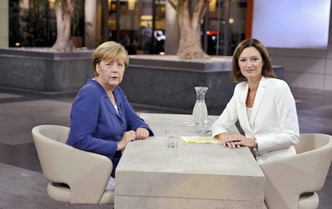 La canciller Angela Merkel junto a la periodista Bettina Shausten en...