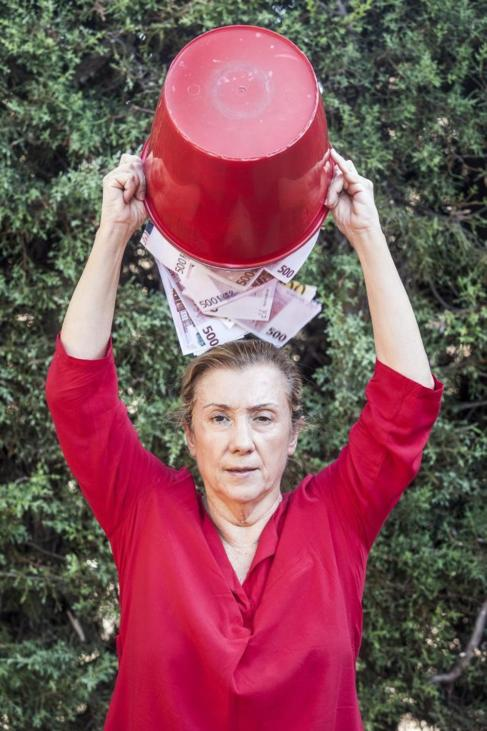Maite Solas, vicepresidenta de FUNDELA, con un cubo lleno de billetes.