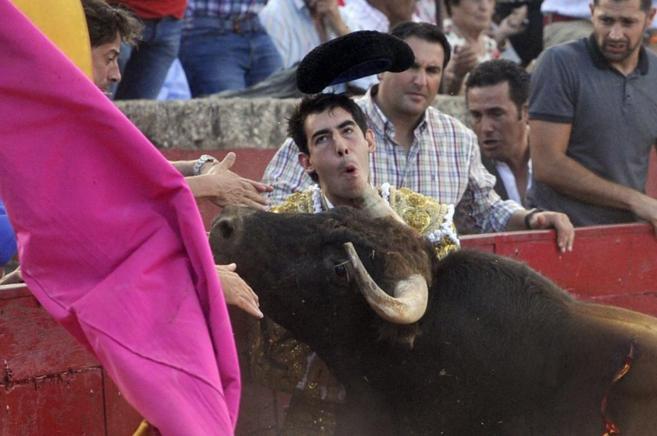 Momento en el que Fortes recibe la cornada en el cuello en Vitigudino