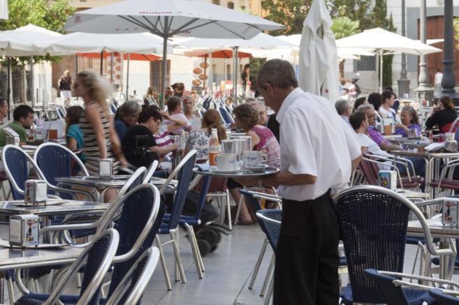 Un camarero atiende una terraza