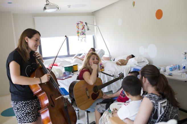 Sesión de musicoterapia en la unidad pediátrica de enfermedades...