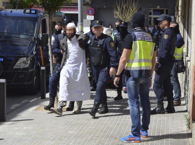 La Policía detiene el pasado mes de mayo a una persona en Barcelona...