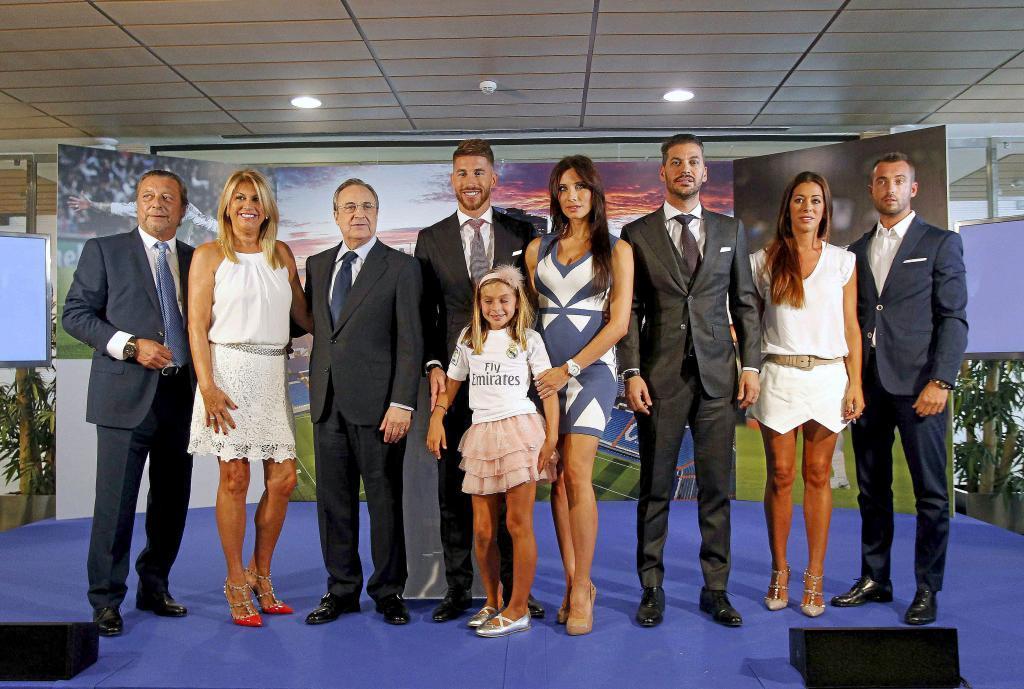 Florentino Pérez, junto a toda la familia Ramos, en el palco del...