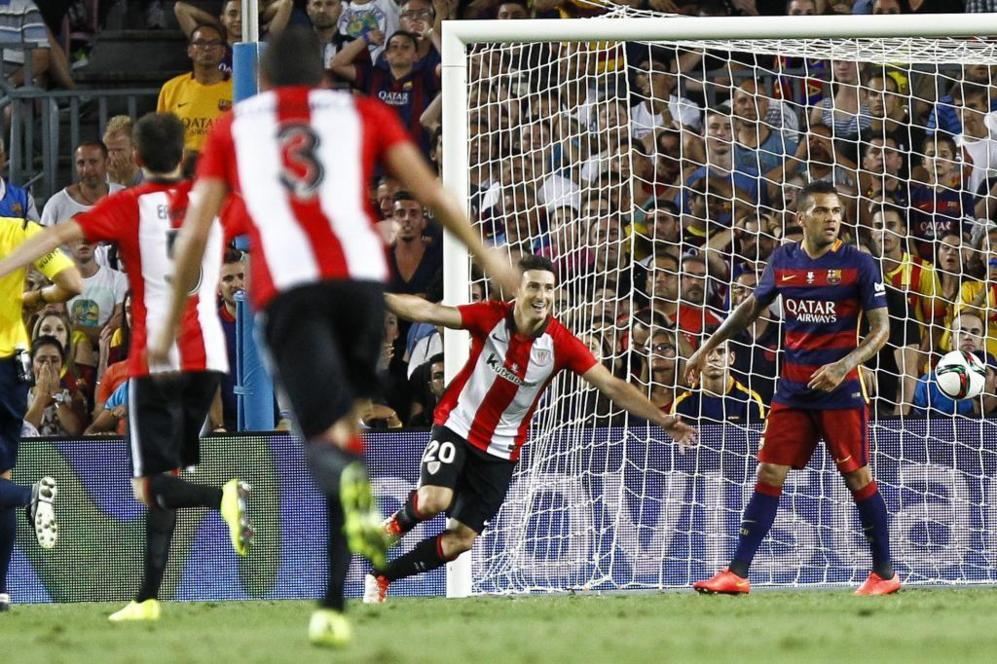 Aritz Aduriz celebra el gol en el Camp Nou.