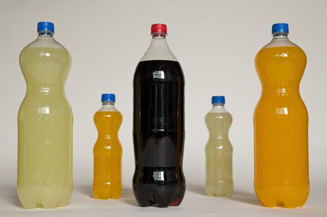 Diversos refrescos con sabores de diversas frutas.