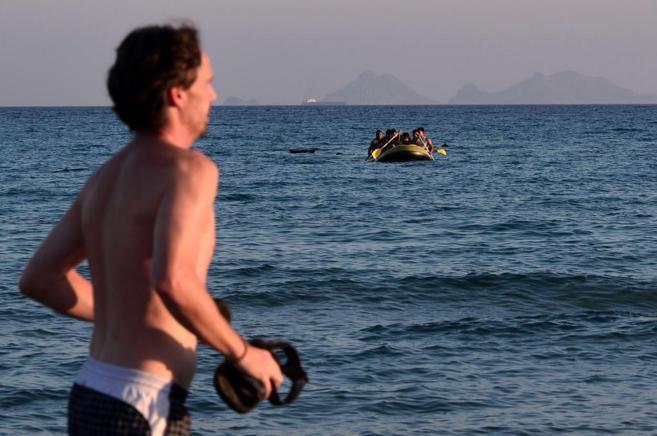 Un turista corre por la playa de Kops mientras se aproxima  una...
