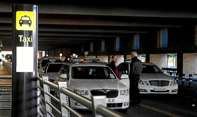 Taxis en la parada del aeropuerto de Sevilla.