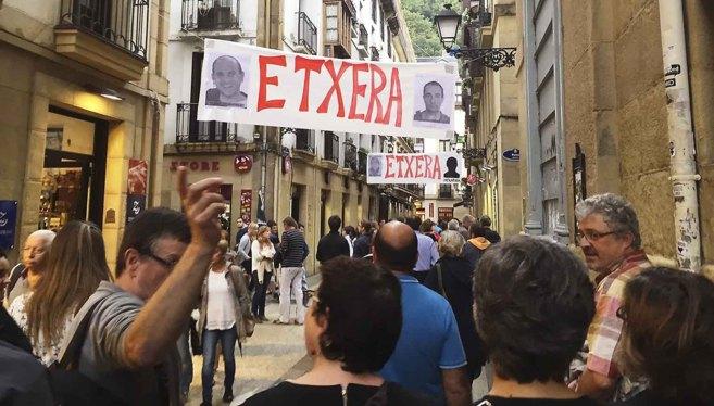 Numerosos turistas transitan en la pasada Semana Grande por una calle...