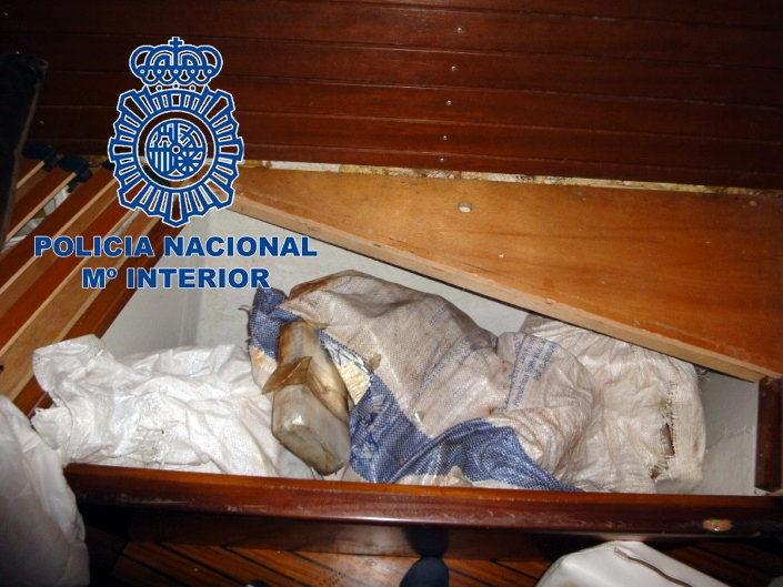 Fotografía facilitada por la Policía Nacional de la cocaína econdida en el velero 'Silver Black'.