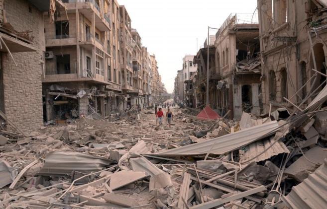 Calle devastada de la ciudad de Alepo