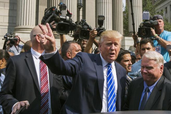 El candidato Donald Trump saluda a sus seguidores en Washington.